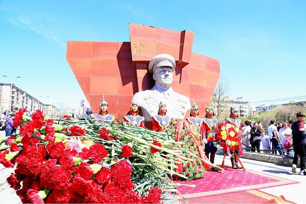 Церемония возложения венков к Мемориалу советским воинам на горе Зайсан и памятнику Маршалу Советского Союза Г.К.Жукову