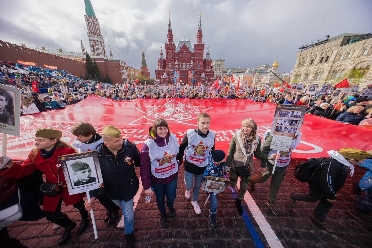 Флаг Бессмертного полка на Красной площади