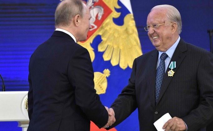 Экс-президенту Греции Каролосу Папульясу вручили юбилейную медаль к 75-летию Победы