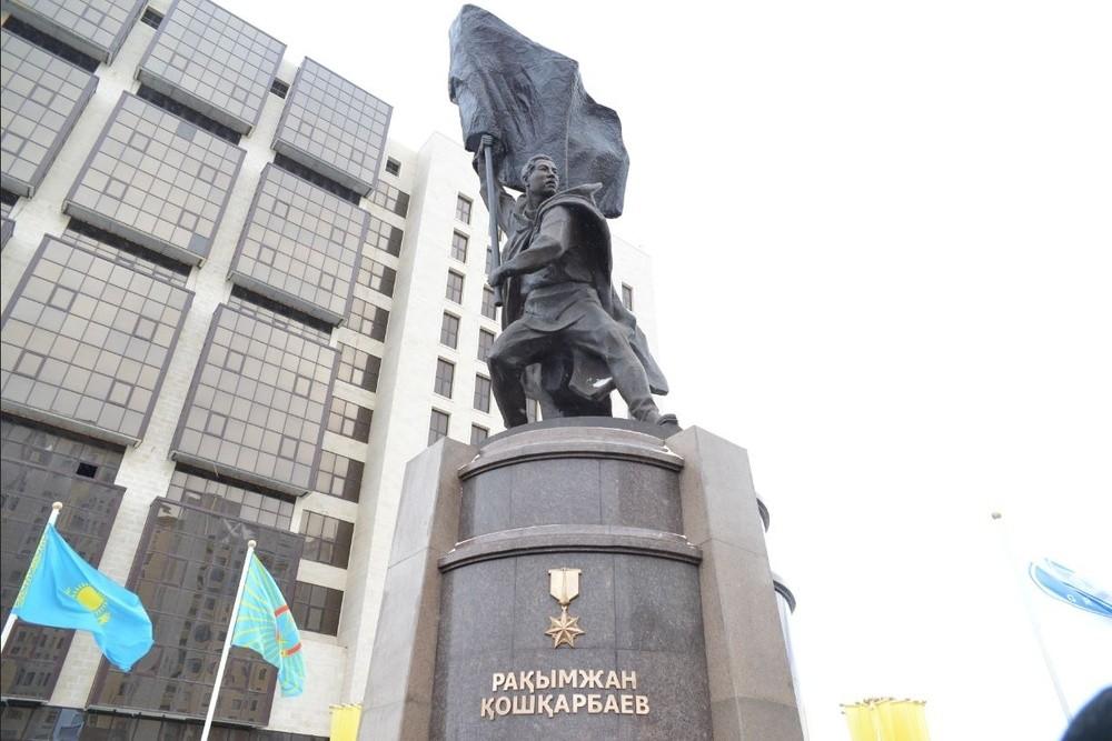 Памятник Рахимжану Кошкарбаеву в Астане