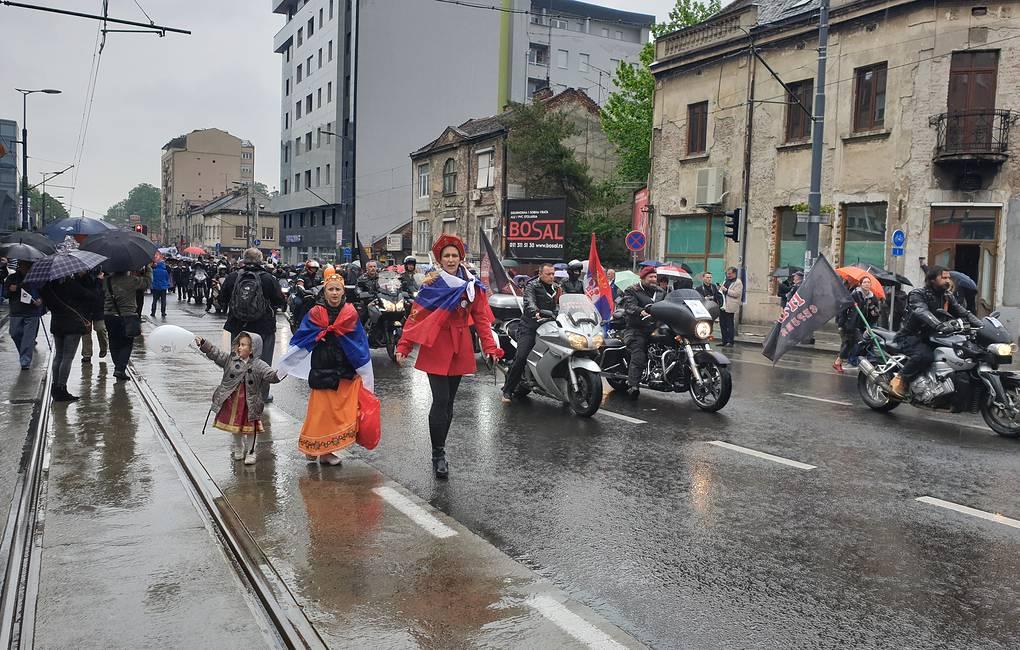 Около 10 тыс. человек прошли по Белграду в День Победы под проливным дождем