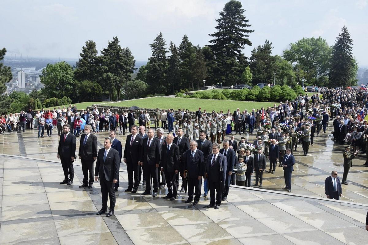 На мемориальном комплексе Славин прошло возложение цветов и венков к памятнику советскому солдату-освободителю