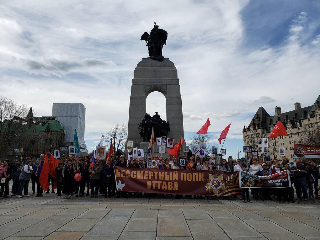 """Около 200 человек прошли """"Бессмертным полком"""" по Оттаве"""