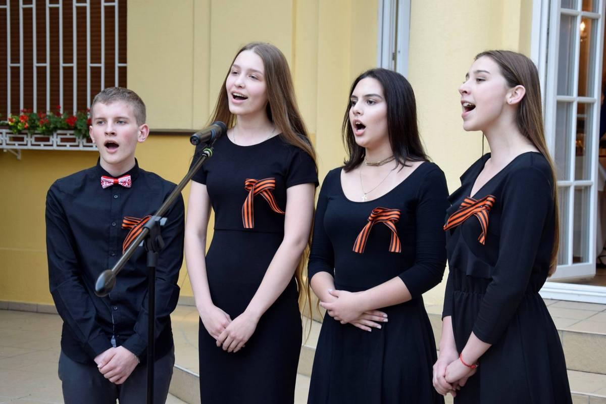 Ученики гимназии им. А.Эйнштейна исполнили песни военных лет на русском языке