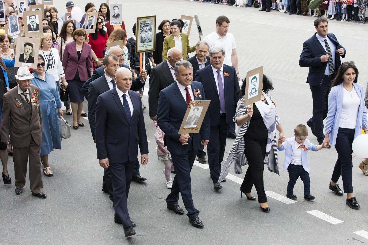 Президент республики Анатолий Бибилов в строю Бессмертного полка